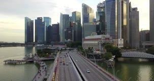 SINGAPOUR, SINGAPOUR - 17 MAI 2018 : centre de la ville avec des gratte-ciel, des ponts, le trafic léger, la rivière et des touri banque de vidéos