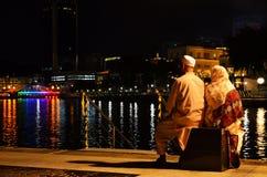 Singapour - 8 mai 2016 : Couples dans le bâtiment de lumière avant la nuit en Clarke Quay Photographie stock libre de droits