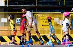 Singapour 23 MARS 2019 : Classe de patinage de rouleau avec le professeur supérieur et les petits enfants en parc photographie stock libre de droits