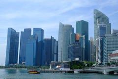 Singapour - 7 mars 2019 : District des affaires de Singapour B?timent d'h?tel de Fullerton chez Marina Bay ? Singapour et ferry-b photographie stock