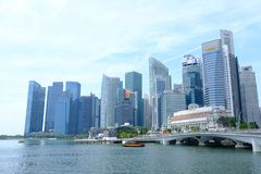 Singapour - 7 mars 2019 : District des affaires de Singapour B?timent d'h?tel de Fullerton chez Marina Bay ? Singapour et ferry-b photos stock