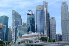 Singapour - 7 mars 2019 : District des affaires de Singapour B?timent d'h?tel de Fullerton chez Marina Bay ? Singapour et ferry-b images stock