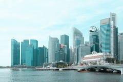 Singapour - 7 mars 2019 : District des affaires de Singapour B?timent d'h?tel de Fullerton chez Marina Bay ? Singapour et ferry-b image libre de droits