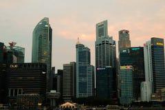 Singapour - 7 mars 2019 : District des affaires de Singapour B?timent d'h?tel de Fullerton chez Marina Bay ? Singapour et ferry-b photos libres de droits