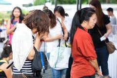 Singapour 24 mars Une femme pleure pendant qu'elle verse l'hommage sur défunt Lee Kuan Yew, premier ministre ex de Singapour Images libres de droits