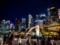 SINGAPOUR - 22 NOVEMBRE 2018 : La vue du district des affaires et du Merlion est la personnification nationale de Singapour Le Me photos stock