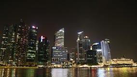SINGAPOUR - OCTOBRE 2014 : Horizon de ville de Singapour et secteur financier à travers Marina Bay banque de vidéos