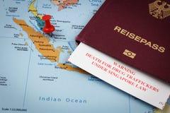 Singapour, passeport et carte d'immigration avec l'avertissement de peine de mort pour des trafiquants de drogue Photo libre de droits