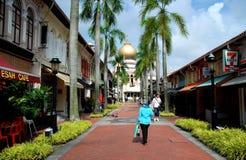Singapour : Rue et mosquée de Bussorah Photo stock