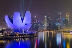 SINGAPOUR, SINGAPOUR - VERS EN SEPTEMBRE 2015 : Lumières de ville de Singapour et musée d'ArtScience la nuit, Singapour Images libres de droits