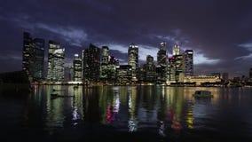 SINGAPOUR - VERS en avril 2012 : timelapse de soirée d'horizon de ville clips vidéos