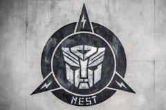 Singapur-abril 28,2015: logotipo del transformador (autobot) en pared en el Sc Imagen de archivo