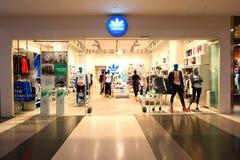 Singapur: Adidas trägt Kleinboutiquenverkaufsstelle zur Schau Lizenzfreie Stockfotos