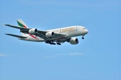 Singapur - agosto de 2015 Approachi de las líneas aéreas de los emiratos de Airbus A-380 Imágenes de archivo libres de regalías