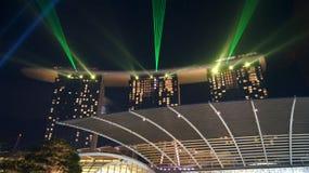 SINGAPUR, APR - 2nd 2015: Światła, wody i dźwięka przedstawienie Cudowny przy Marina zatoki piaskami przy nocą, Obraz Royalty Free