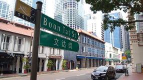 SINGAPUR, APR - 2nd 2015: Dwujęzyczny znak uliczny w Singapur Chinatown Singapur jest wielorasowym miastem dokąd angielszczyzny Obraz Stock