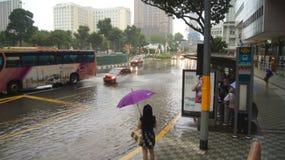 SINGAPUR, APR - 2nd 2015: Niesamowicie silny monsunu opady deszczu w Azja powoduje wylew ulica Obrazy Royalty Free