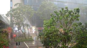 SINGAPUR, APR - 2nd 2015: Niesamowicie silny monsunu opady deszczu w Azja powoduje wylew ulica Zdjęcia Royalty Free