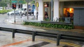 SINGAPUR, APR - 2nd 2015: Niesamowicie silny monsunu opady deszczu w Azja powoduje wylew ulica Obraz Royalty Free