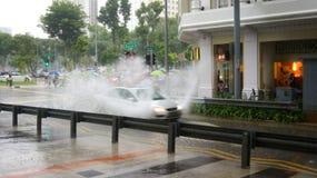 SINGAPUR, APR - 2nd 2015: Niesamowicie silny monsunu opady deszczu w Azja powoduje wylew ulica Zdjęcie Royalty Free