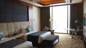 SINGAPUR, APR - 2nd 2015: Piękna Bliźniacza sypialnia z widokiem w luksusowego hotelu pokoju Marina zatoki piaski Ucieka się Zdjęcie Royalty Free
