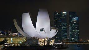SINGAPUR, APR - 2nd 2015: Sztuki nauki muzeum przy nocą przy Marina zatoką Obrazy Royalty Free