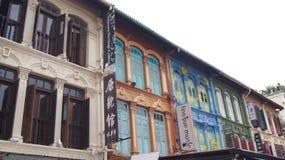 SINGAPUR - 3. April 2015: bunte Fensterfensterläden und -häuser in Chinatown-Bezirk Lizenzfreie Stockfotos