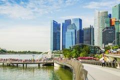 Singapur - APRIL 7,2017: Zentrales Geschäftsgebiet CBD, Finanz- und Handelsnabe des Kernes mit Touristen und Merlions-Statue stockbild