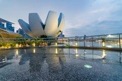 Singapur Art Science Museum, wie von der Schneckenbrücke gesehen Lizenzfreie Stockbilder