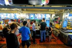 Singapur: Bahía de los glotones de Makansutra Imagen de archivo