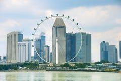Singapur balsea la rueda y rascacielos fotografía de archivo libre de regalías