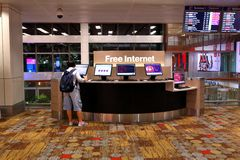 Singapur: Bezpłatny internet przy Changi Singapur Lotniskowym T1 Zdjęcie Royalty Free