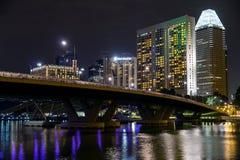 Singapur céntrico en la noche imagen de archivo