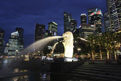 Singapur CBD und Merlion Stockfotos