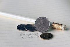Singapur-Cents prägen auf Gegenstücck SGD mit Schwarzweiss-Bleistift auf dem Buch stockbilder