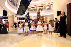 Singapur-Chor führen Weihnachtslieder durch lizenzfreie stockfotografie