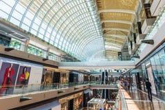 SINGAPUR, CZERWIEC - 18: Centrum handlowe przy Marina zatoki piasków kurortem Fotografia Stock