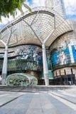 SINGAPUR, CZERWIEC - 18: Dnia widok jonu sadu zakupy centrum handlowego onJU Fotografia Royalty Free