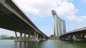 Singapur, Czerwiec - 20: Flyovers prowadzi Marina zatoka piaski brać w dzień Czerwa 20, 2016 Obrazy Royalty Free