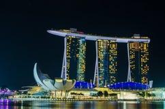 SINGAPUR - Czerwiec 6: Marina Podpalani piaski przy nocą Obrazy Stock