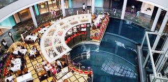 Singapur Singapur, Czerwiec, - 29, 2018: Odgórnego widoku ludzie je jedzenie, zakupy w Marina zakupy przy odprowadzeniem i Fotografia Stock