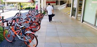 Singapur, Singapur Czerwiec 27, 2018: Wiele bicykl parkujący dużo dla turysty i ludzi dla czynszu używać mądrze telefon płaci pie zdjęcie stock