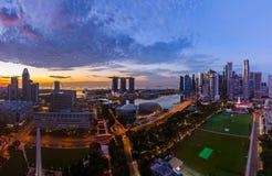 SINGAPUR - 16 DE ABRIL: Horizonte y Marina Bay de la ciudad de Singapur en A foto de archivo