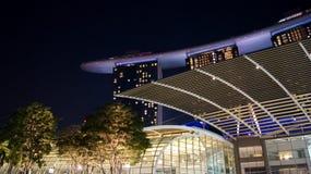 SINGAPUR - 2 de abril de 2015: Opinión de la noche en Marina Bay Sands Resort Hotel Hotel y el más costoso de lujo de mundo Foto de archivo