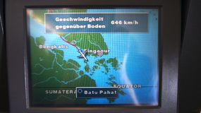 SINGAPUR - 1 de abril de 2015: Sistema de multimedias con el mapa de la navegación de Airbus A330 durante un vuelo de Zurick a Si Foto de archivo