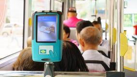 Singapur - 11 de agosto de 2015: Un dispositivo que paga en el SE del autobús de Singapur fotografía de archivo libre de regalías