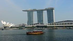 Singapur - 24 de diciembre de 2018: Lapso de tiempo del transbordador y del horizonte en base céntrica en Marina Bay Sands el 24  almacen de video
