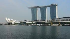 Singapur - 24 de diciembre de 2018: Lapso de tiempo del transbordador y del horizonte en base céntrica en Marina Bay Sands el 24  almacen de metraje de vídeo