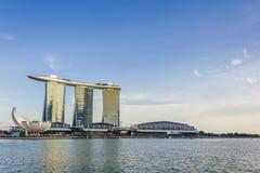 Singapur - 7 de enero de 2017: Paisaje agradable de Marina Bay y de marcha Imágenes de archivo libres de regalías