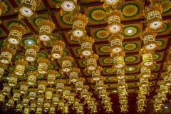 SINGAPUR, SINGAPUR - 30 DE ENERO 2018: Lámparas de oro de Beaiful dentro del templo de la reliquia del diente, Singapur cerca de  Fotos de archivo